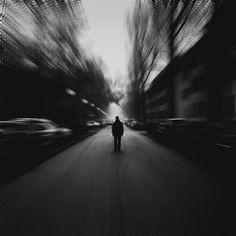 A eterna essência do meu ser: Tão só  Estou tão só, sem ti. Vivo rodeado por uma multidão fria, distante, vazia ... ausente!  Gente que nada me diz, que nada me faz sentir. Acompanhado? Talvez, mas terrivelmente e profundamente só!  Sei que estás aí, brilha para mim, alegra este coração solitário!