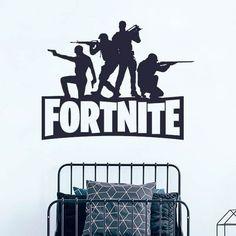 Um autocolante para os amantes do jogo fortnite, com o logótipo e várias personagens do jogo. Este é um dos adesivos favoritos dos jovens para decorar o quarto ou a sala de video jogos Home Decor, Game Character, Logo, Colors, Characters, Custom Wall, Wall Stickers, Adhesive, Kids Rooms