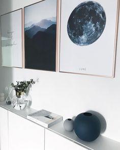 Eine perfekt aufeinander abgestimmte Gallery Wall, ein schlichtes Sideboard in strahlendem Weiss und moderne Deko Pieces, wie die Vase Ball mit dem gewissen Twist! So müssen Wohnaccessoires angeordnet sein und nicht anders. Wir sind begeistert! // Gallery Wall Bilderwand Sideboard Kommode Deko Wohnaccessoires Vase Eukalyptus Bilder Ideen #WohnzimmerIdeen #Deko #GalleryWall #Bilderwand @janiii87