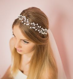 Niezwykły wianuszek ślubny, wykonany z drucika i białych koralików.  Dostępny w sklepie internetowym Madame Allure! #wianekślubny #ozdobydowłosów #madameallure #ślub #wesele
