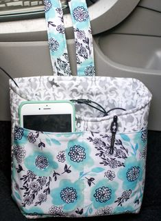 Love Car Diddy Bag - Free Sewing Tutorial , Car Diddy Bag - Free Sewing Tutorial Keep everything you need handy - and organized - in the car with this sweet little bag! Mine holds my phone (and . Diy Sewing Projects, Sewing Projects For Beginners, Sewing Hacks, Sewing Tutorials, Sewing Tips, Tutorial Sewing, Sewing Crafts, Tote Tutorial, Christmas Sewing Projects
