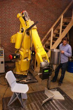 Otro increíble proyecto de los alumnos del Design Academy of Eindhoven, una de las mejores escuelas de diseño del mundo donde muchas veces el proceso hace el diseño. El estudiante Dirk Vander Kooij desarrolló para su tesis una impresora de sillas con un brazo mecánico que sigue una secuencia programada para crear un diseño funcional.
