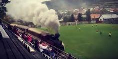 On pose ça là http://lebuzz.eurosport.fr/waouh/video-en-slovaquie-un-train-a-vapeur-passe-en-plein-milieu-dun-stade-en-plein-match-22983/…