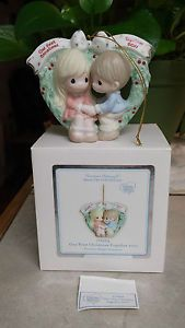 PRECIOUS-MOMENTS-ORNAMENT-OUR-FIRST-CHRISTMAS-TOGETHER-2011-COUPLE-IN-WREATH