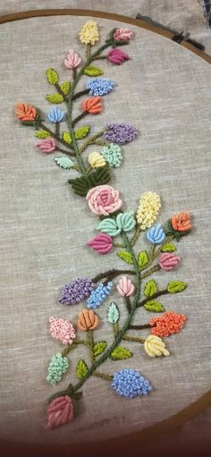 It's beautiful embroidery Hand Embroidery Patterns Flowers, Hand Embroidery Videos, Hand Embroidery Tutorial, Embroidery Flowers Pattern, Hand Embroidery Designs, Bullion Embroidery, Embroidery Works, Wool Embroidery, Creative Embroidery