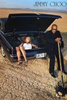 Jimmy Choo. El anuncio de zapatos muestra a una mujer joven, supuestamente muerta, dentro del maletero de un coche y, a su lado, a un hombre cavando una tumba en el desierto.