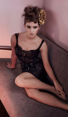 Discovered by We Love Emma Watson. Find images and videos about harry potter, actress and emma watson on We Heart It - the app to get lost in what you love. Emma Watson Linda, Emma Watson Daily, Emma Watson Legs, Emma Watson Beautiful, Emma Watson Sexiest, Celebrity Feet, Celebrity Pictures, Celebrity Women, Enma Watson