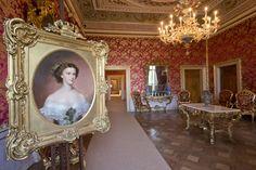 """Quartos Imperiais do Palácio Real em Veneza: Sala de Audiência «Sissi», Elisabeth da Baviera vive novamente no Palácio Real, em Veneza, depois de uma longa recuperação.  A chegada da princesa Elisabeth da Baviera apelidado de «Sissi» a Veneza em 1856 foi um evento extraordinário.  Os apartamentos do Palácio Real na Praça de São Marcos foram transformados em verdadeiras jóias para a permanência da futura imperatriz da Áustria.  Esta sala é um dos últimos """"públicos"""" quartos e é adjacente ao…"""