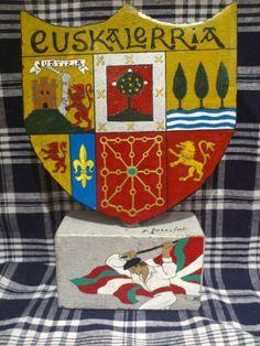 Escudo de Euskal Herria pintado sobre piedra. Handicraft.