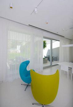 #diamonddeesigncz #diamonddesigneu #curtains #drapery #sheers #imbetween #luxuryliving #styleliving #sunprotection #zastineni #fabrics #designfabrics #luxuryfabrics #interiordesign #interierovydesign #zavesy #zaclony #textile #designovelatky #stylovezavesy #divcipokoj #loznice #bedroom #nebesa Drapery, Curtains, Roman Blinds, Decorative Cushions, Pent House, Egg Chair, Luxury Living, Carpet, Interior Design