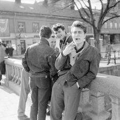 Ungdomar möts på Nybron i Uppsala på 60-talet Uppsala, Letting Go, To Go, Adventure, Couple Photos, Books, Lens, Vintage, Future
