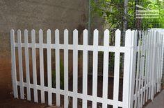 """Aprenda nesse passo a passo como fazer uma cerca de madeira para seu jardim! Já faz um tempo que eu estava querendo criar um espaço para plantar alguma coisa. Meu quintal só tem terra e grama, estava sentindo falta de cores! Com a vinda da cadelinha """"Nina"""", não tem jeito, com esses bichos não sobra…"""