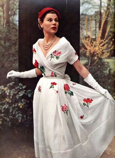 Dress by Christian Dior 1953 Florals are a spring must have Vintage Glamour, Love Vintage, Vintage Dior, Vintage Mode, Vintage Couture, Vintage Beauty, Fifties Fashion, Retro Fashion, Vintage Fashion