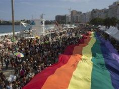 Miles participan en desfile del orgullo gay en Río