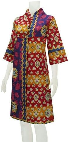 This would be a really nice housecoat. It just needs pockets. Batik Fashion, Ethnic Fashion, African Fashion, Trendy Fashion, Blouse Batik, Batik Dress, Blouse Dress, Batik Muslim, Mode Batik