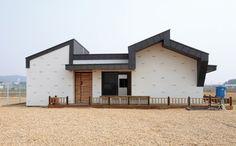 [BY 월간 전원속의 내집] 어디에 집을 지었나? 경기도 김포시 양촌읍, 논농사를 짓던 땅을 대지로 전환해... Modern Tiny House, Architecture Design, Garage Doors, Shed, Outdoor Structures, House Design, Interior, Outdoor Decor, Home Decor