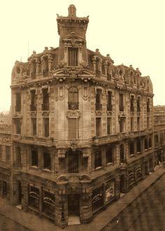1910 - Edificio institucional de la The Montevideo Gas Company en una esquina de la Ciudad Vieja de Montevideo. Era la época del predominio de los capitales ingleses en el país y poseer un gran edificio propio era un símbolo de poderío y estatus para una gran empresa, Canillita: enero 2012