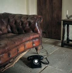 Tips That Help You Get The Best Leather Sofa Deal. Leather sofas and leather couch sets are available in a diversity of colors and styles. A leather couch is the ideal way to improve a space's design and th Interior Inspiration, Design Inspiration, Interior Ideas, English Interior, Perfect English, Banquette, Chesterfield Chair, Tufted Sofa, Leather Sofa