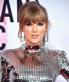 Full fringe hairstyles: Taylor Swift Considering venturing into the world of fringes? Check out all of the best full-fringe hairstyles from celebrities and fashion girls with expert advice. Taylor Swift Hot, Red Taylor, Taylor Swift Hair Color, Beautiful Taylor Swift, Full Fringe Hairstyles, Cool Hairstyles, Taylor Swift Pictures, American Music Awards, Costume