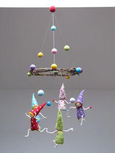 Keine Sorge, wie diese Jonglier Gnomen glücklich sein. In dieser mobilen, Größe 17 cm (6,6), alle verschiedenen Farben, verziert mit Punkten gibt es 5 Zwerge. Sie sind in Positionen, hält einen Ball jonglieren. Die Kränze diametral ist 23 cm (9), ist reich verziert, mit Bällen in allen