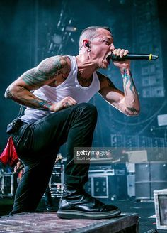 Chester Bennington of Linkin Park performs during the Carnivores Tour on August 2014 in Clarkston, United States. Get premium, high resolution news photos at Getty Images Chester Bennington Tattoo, Charles Bennington, Heavy Metal, Nu Metal, Linkin Park Wallpaper, Shakira, Linking Park, Linkin Park Chester, Mike Shinoda
