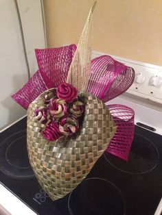 ✩ Check out this list of creative present ideas for tennis players and lovers Church Flower Arrangements, Church Flowers, Floral Arrangements, Flax Weaving, Flax Flowers, Maori Designs, Maori Art, Floral Bags, Magnolia Flower