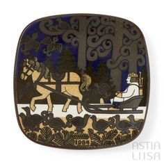 Arabia Kalevala 1984 Annual Plate, designed by Raija Uosikkinen. Find out more about Nordic vintage from Finland on our website 🔎 www.astialiisa.com⠀ 🌍 Free shipping on orders over 50 €!  #raijauosikkinen #arabia #arabiafinland #scandinavianvintage  #finnishvintage #nordicvintagehome #finnishhomes #nordichome #nordichomes #nordicdishes #nordicvintage #vintagedishes #retrodishes #uosikkinen #Finnishdesign #retrocups #coffeecup #Scandinaviandesign