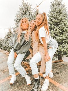 """""""p i n: ✧ - not mine! msg me for credit or removal of pin"""" Best Friends Shoot, Best Friend Poses, Cute Friends, Three Best Friends, Photoshoot Ideas For Best Friends, Poses With Friends, Photos Bff, Friend Photos, Bff Poses"""