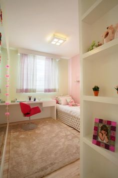 Projeto de arquitetura de interiores e decoração da arquiteta Pricila Dalzochio. Dormitório de menina em tons de verde e rosa. Quarto menina. Nichos na lateral do armário.