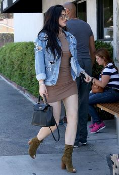 Kylie Jenner Mini Dress - Kylie Jenner paraded her flawless pins in a tan mini dress by Enza Costa while out grabbing lunch. Kendall Et Kylie, Trajes Kylie Jenner, Kylie Jenner Photos, Estilo Kylie Jenner, Kylie Jenner Outfits, Kendall And Kylie Jenner, Casual Outfits, Cute Outfits, Fashion Outfits