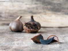 Garlic is a unique plant that's considered a vegetable. Many black garlic benefits come from the fermentation process of the normal raw. What Is Black Garlic, Sugar Free Eating, Garlic Breath, Garlic Health Benefits, Eating Organic, Eat Smart, Fermented Foods, Types Of Food, Herbal Medicine