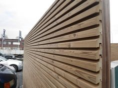 Stuyts - Free Willy tuinwand in thermowood Outdoor woodconcept Wood Facade, Timber Cladding, Modern Wooden House, Free Willy, Sauna Design, Privacy Walls, Garden Structures, Building Materials, Architecture Details
