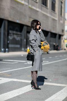 Les collants résille - Street style New York : les idées mode à piquer aux filles stylées  - Elle