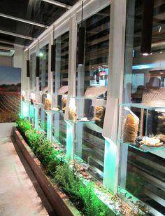 Hortas perimetrias com vitrine em cristal com lustres em cortain para Artgusto, loja e fabrica de massa fresca. Detalhe da horta na mesa central em madeira de demolicao.