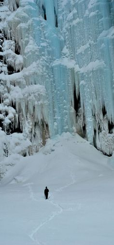 Winter was so cold that waterfalls froze. Photo of the frozen Njupeskär waterfall, in Sweden. Niagara Falls in The USA and Canada has frozen many times over the years too. Amazing to see. Winter Magic, Winter Snow, Winter Blue, Winter Wonderland, Beautiful World, Beautiful Places, Winter Schnee, Les Cascades, Lappland
