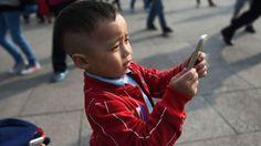 """72% de los niños de 11 y 12 años tienen un móvil en Corea del Sur. Los psicólogos afirman que la adicción al teléfono móvil está aumentando rápidamente en la región y que los """"adictos"""" son cada vez..."""
