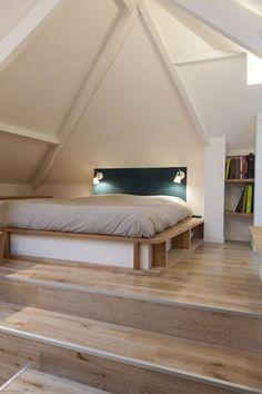 Combles aménagés : une chambre avec salle de bains aménagée par les architectes Rachel Marcus et Nicolas Aubert-Maguéro