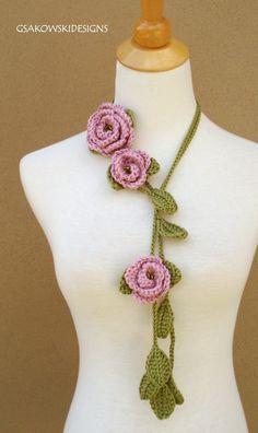 New crochet flower scarf free pattern free crochet jewelry pattern Diy Tricot Crochet, Crochet Collar, Love Crochet, Crochet Crafts, Crochet Projects, Crochet Flower Scarf, Crochet Scarves, Crochet Flowers, Knitting Scarves