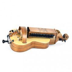 Madeira Abeto e Cocobolo. 3 cordas cantoras, 3 bordóns + corda rítmica