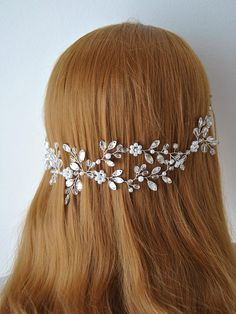 Best Pictures Bridal Headpiece winter Strategies Bridal hair components are usually an essential portion of the fantastic marriage look of your hair, Boho Bridal Hair, Bridal Hair Buns, Bohemian Hair, Silver Garland, Crystal Garland, Silver Headband, Pearl Headband, Gold Wedding Crowns, Hair Garland