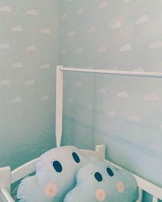 Esse é o quarto do Benjamim: um quarto fofo e cheio de amor, com nuvenzinhas brancas pra todo lado.  Muito obrigada pela confiança @blogfofissima, ficou simplesmente maravilhoso!   #regram #quartodebebe #nuvens #adesivosdecorativos #modedeconaparede