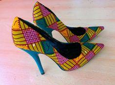 Il s'agit d'un fait à la main chaussures de re-marque avec tissu imprimé africain. C'est un ordre de faire sur mesure pièce maîtresse fait avec amour pour toutes les occasions. Ajustement pour tous les temps.  Disponible dans toutes les tailles de chaussures femmes et hauteurs de talon. Il s'agit d'une chaussure très solide et durable. Produit de haute qualité.  Me contacter pour toute autre question, je vous remercie.  La livraison est dans 2-3 semaines à partir de la date d'achat. Si vous…