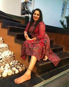 Actress Feet, Glamour Photo Shoot, Vidya Balan Hot, Snake Girl, South Indian Film, Kurti Designs Party Wear, Gorgeous Feet, Cute Beauty, Voluptuous Women