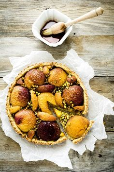 Peach and Pistachio Tart. Peach and pistachio tart (recipe in talian with translator in sidebar) Most Delicious Recipe, Delicious Desserts, Dessert Recipes, Yummy Food, Easy Tart Recipes, Marmalade Recipe, Savory Tart, Sweet Tarts, Desert Recipes