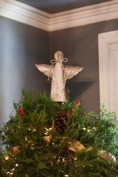 Diese schöne Holz Engel Christmas Tree Topper bestehen aus Altholz. Die rustikale Optik aus jeder Engel hat so viel Charakter und bringt so viel rustikalen Charme zu Ihrem Weihnachtsbaum! Jedes Stück Holz ist von Hand geschnitten und genagelt in Ort, um diese einzigartigen Dekorationen zu erstellen. Die Rückseite hat einen echtes Leder-Kreis angebracht, um auf Ihren Weihnachtsbaum zu legen. Das Leder wurde eine lokale Amish Arbeiter Schrott Haufen entnommen. Jeder Engel hat Rettung Garn…