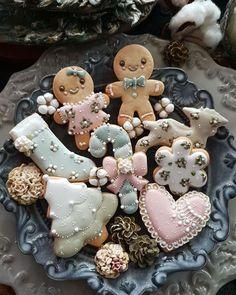 ᆞ ᆞ {플라워} 아트반 회원님작품 Art course students works 💐INBLOSSOM CLASS💐 . 이태리 ᆞ대구ᆞ 성남에서 찾아주셨고요. ᆞ 강사반 신청도 감사드립니다~ . 수강과정 정규 - 심화 - 플라워아트 - 전문강사… Cute Christmas Cookies, Christmas Gingerbread House, Christmas Goodies, Holiday Cookies, Christmas Desserts, Christmas Treats, Christmas Baking, Holiday Treats, Gingerbread Cookies
