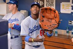 The secret to Yasiel Puig's success? An oversized glove, of course: pic.twitter.com/TfiVENv8dh