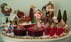 mesa de apoio com pratos e talheres e goloseimas de natal