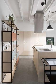Estanterías/vitrinas de forja y madera en cocinas contemporáneas. www.fustaiferro.com fustaiferro.wordpress.com