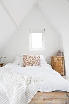 Cass! White walls, navy ceiling, white bedding, navy pillows?!!!
